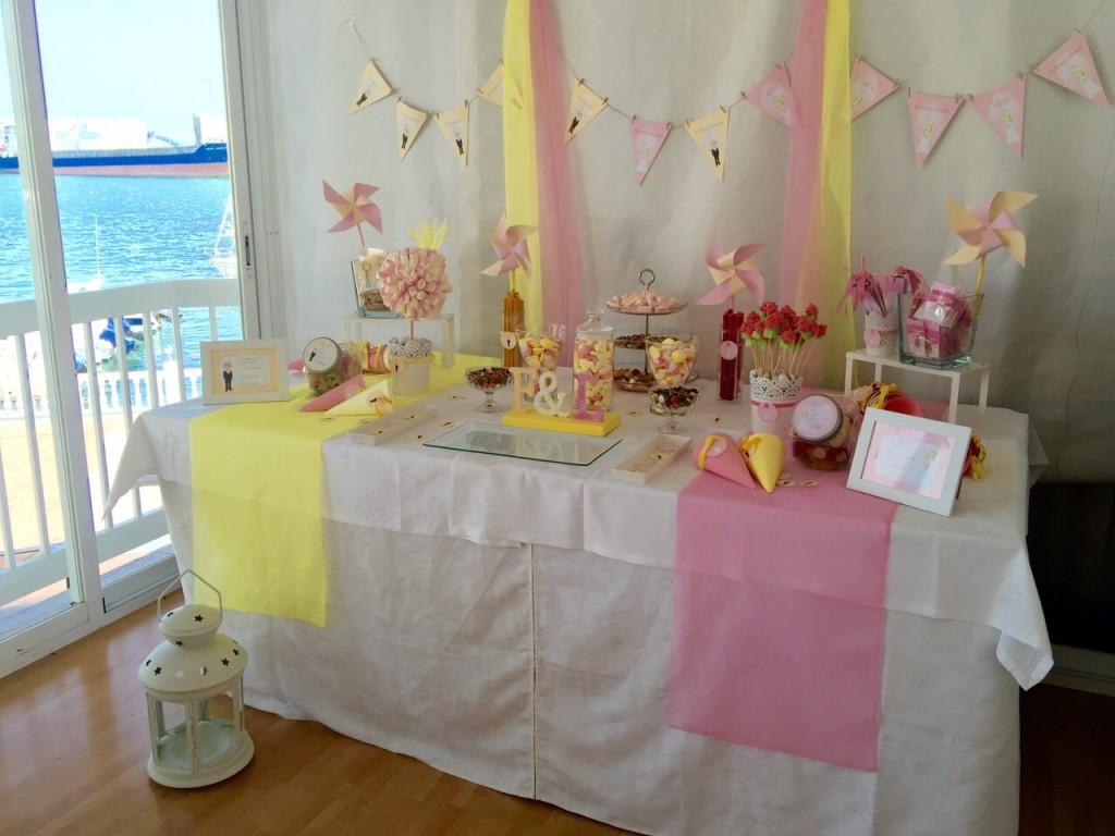 Mesa dulce de primera comunion rosa y amarilla