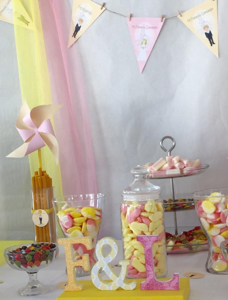 Mesa dulce de primera comunion banderines y molinillos